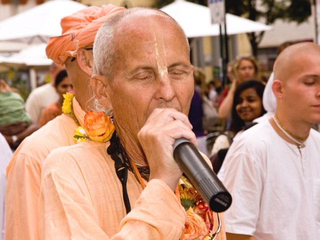 Kavicandra Swami Chanting Hare Krishna
